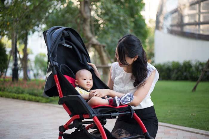 Có nên cho trẻ đi du lịch hay không - mang theo xe đẩy