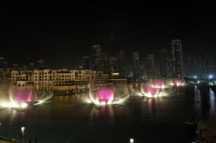 Lối đi dạo ven sông phía trước Dubai Mall - Đài phun nước Dubai
