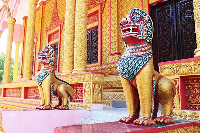Check in chùa Pisesaram - Hai bức tượng lớn