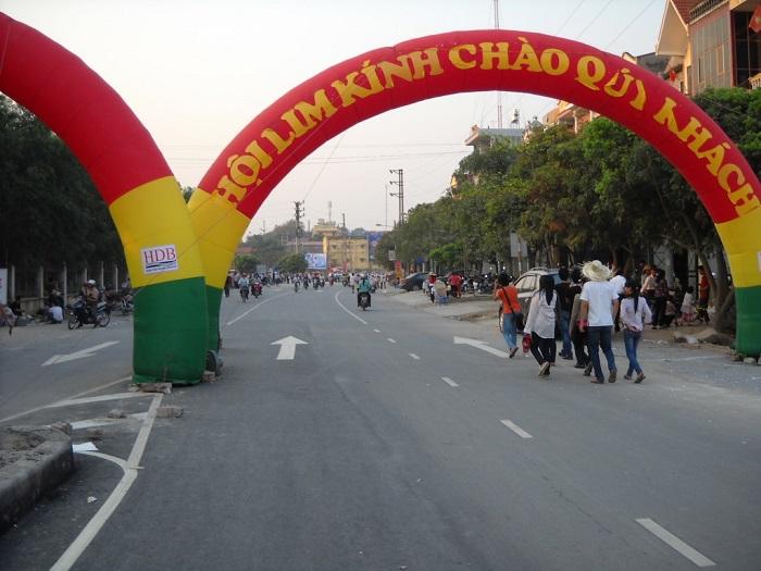 Cổng vào lễ hội Lim Bắc Ninh