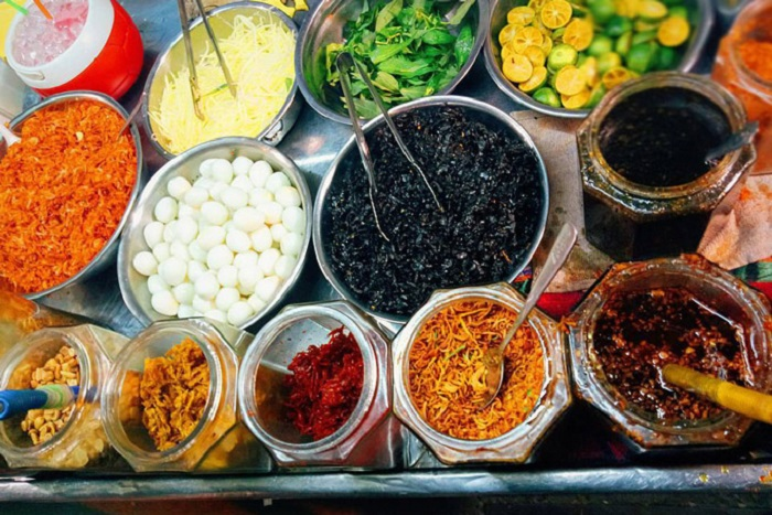 khu ăn vặt chợ Xóm Chiếu- bánh tráng trộn