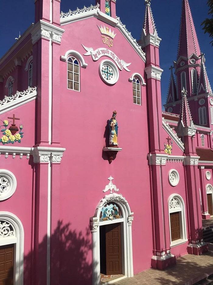 Kiến trúc nhà thờ màu hồng ở Nghệ An