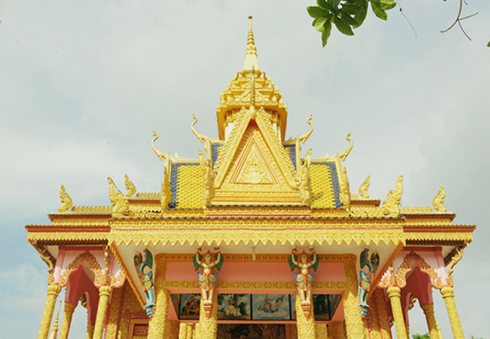 Check in chùa Pisesaram - Mái chùa màu vàng
