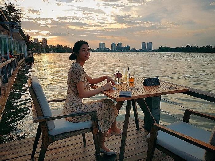 Những nhà hàng view sông ở Sài Gòn nổi tiếng - The Deck Saigon