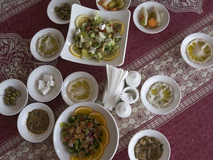 Bữa ăn ở một khu cắm trại Qatar  - Trải nghiệm cắm trại Ả Rập