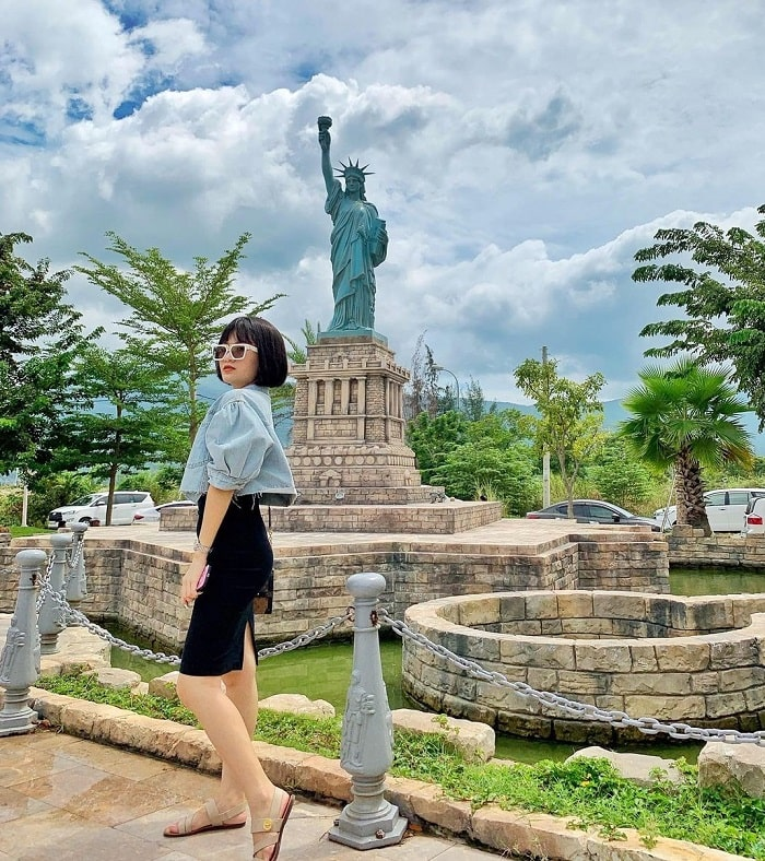 Statue of Liberty in Da Nang Wonders of the World Park