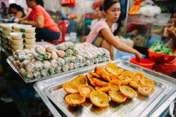 Lập team 'oanh tạc' khu ăn vặt chợ Xóm Chiếu món gì cũng có, giá lại siêu rẻ