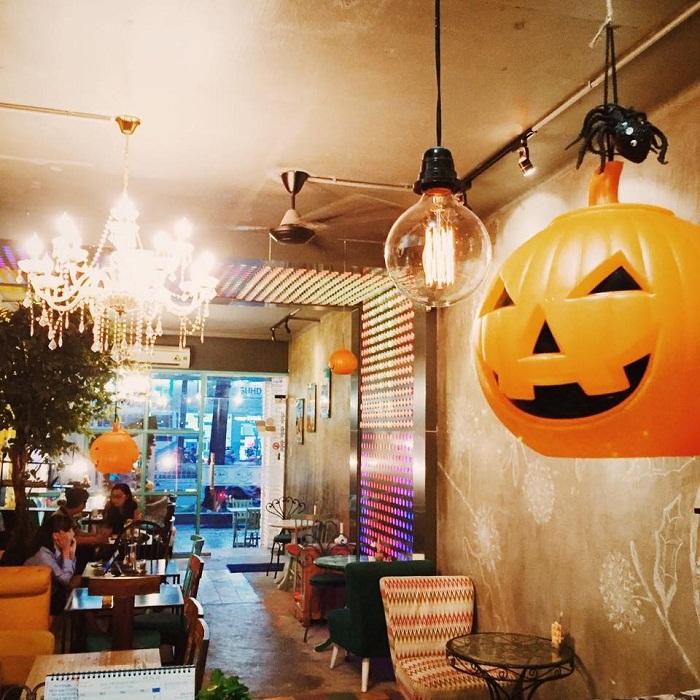 Light UP Coffee - quán cà phê trang trí halloween ở Sài Gòn