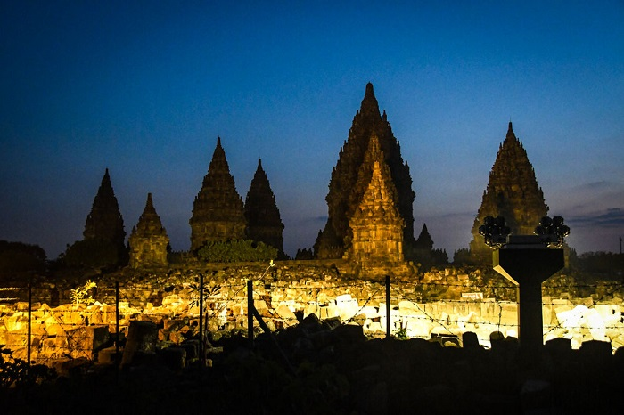 Buổi  tối ở khu phức hợp đền Prambanan