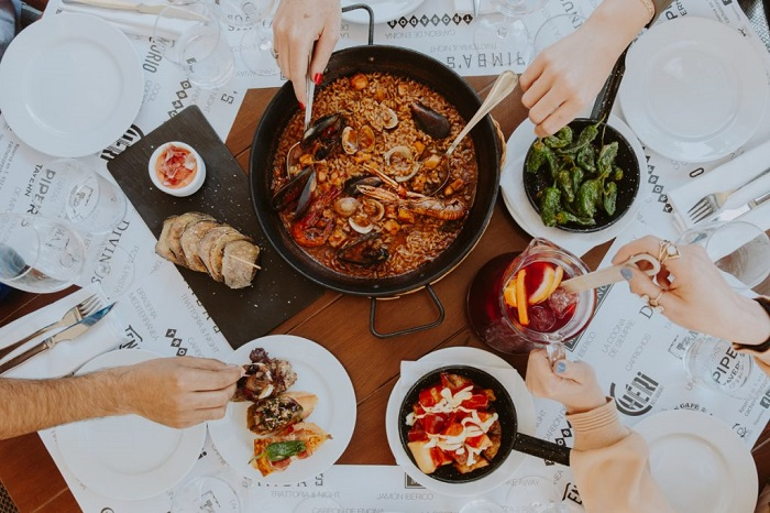 Ẩm thực Barcelona có món đặc trưng: paella, tapas và sangria