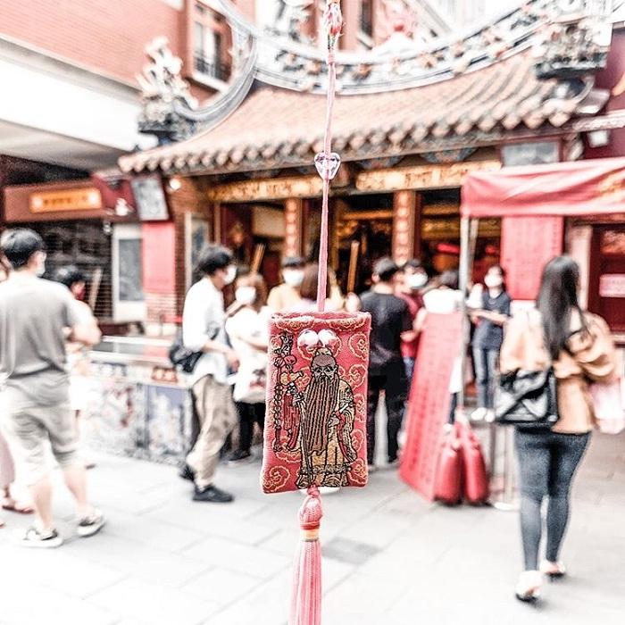 bùa cầu duyên - tín vật quan trọng của đền Hà Hải Đài Bắc