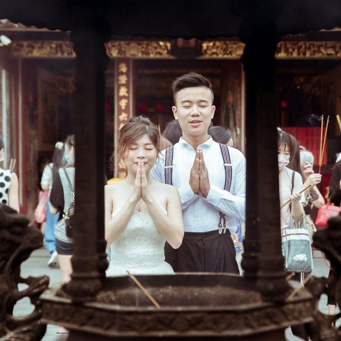 người đến tạ ơn tại đền Hà Hải Đài Bắc