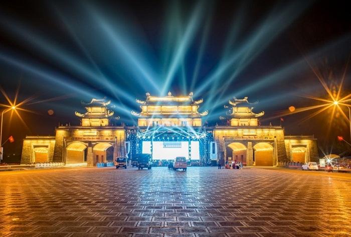 Cổng chào Tràng An - điểm vui chơi về đêm ở Ninh Bình đẹp