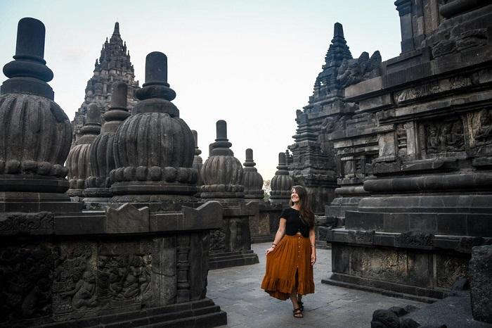 Khu phức hợp đền Prambanan là khoảng 17 km về phía đông bắc của Yogyakarta