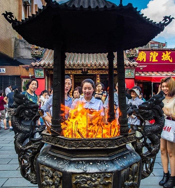 người đến cầu duyên tại đền Hà Hải Đài Bắc