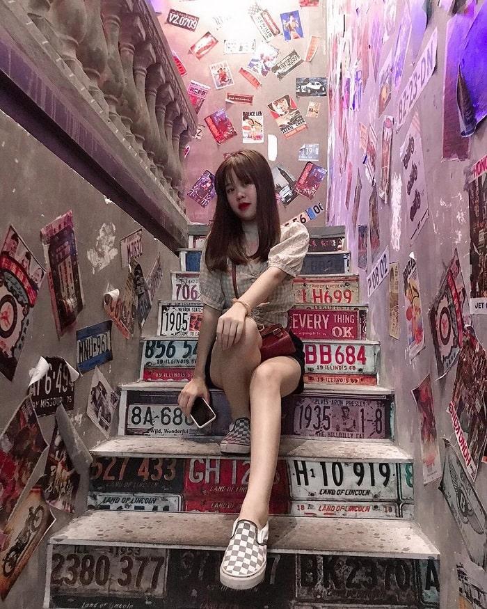 Hong Kong Ha Tinh beer alley - decor stairs