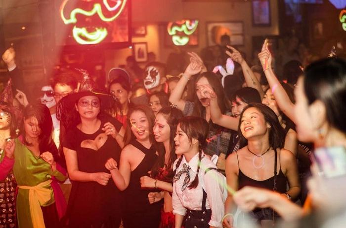 Nhắc đến các quán cà phê trang trí halloween ở Sài Gòn thì nhất đinh phải kể đến Hard Rock Cafe