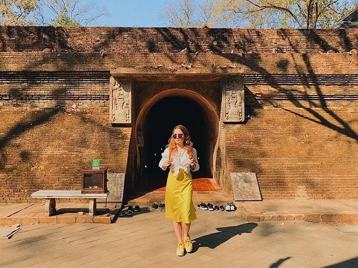 cửa hang đá - công trình ấn tượng tại đền Wat Umong