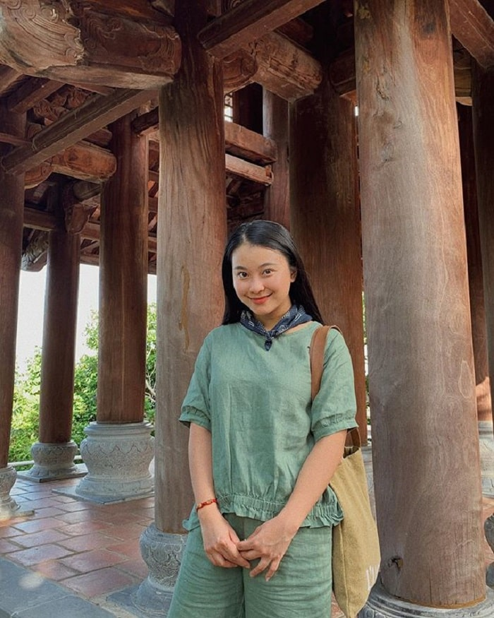 What to wear when going to Con Dao - visit the pagoda in simple clothes