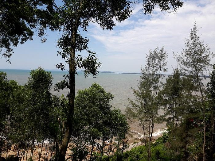Tầm nhìn từ đỉnh núi Trường Lệ xuống bãi biển Sầm Sơn - Hòn Trống Mái Sầm Sơn