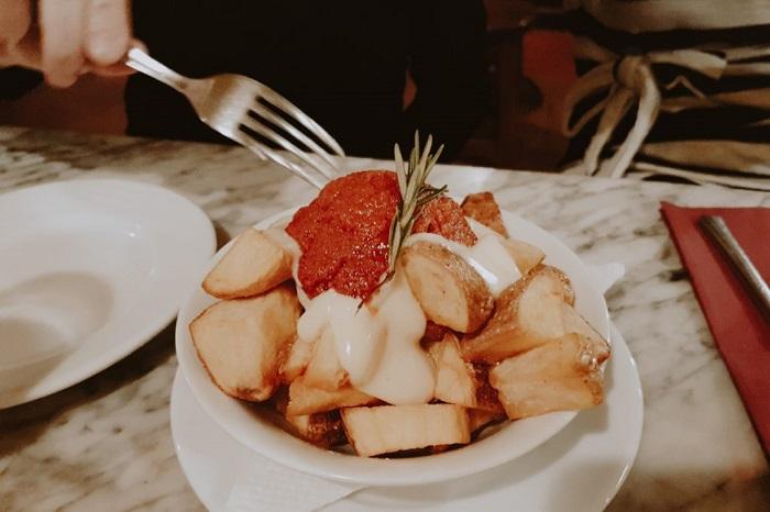Món Patatas bravas trong ẩm thực Barcelona