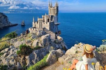 Đặc sắc lâu đài Tổ Yến cheo leo trên vách đá ở Nga