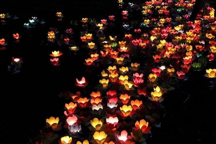 Thả đèn hoa đăng trong Đại Lễ Phật Đản tại Chùa Thành Lạng Sơn