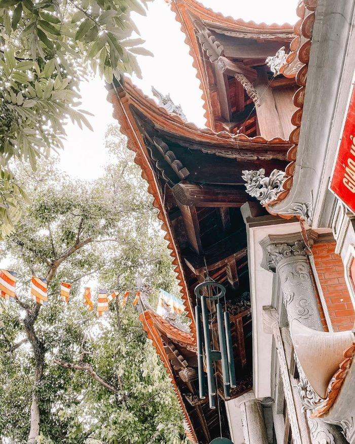 Chuông gió treo trước cửa chùa Thành Lạng Sơn