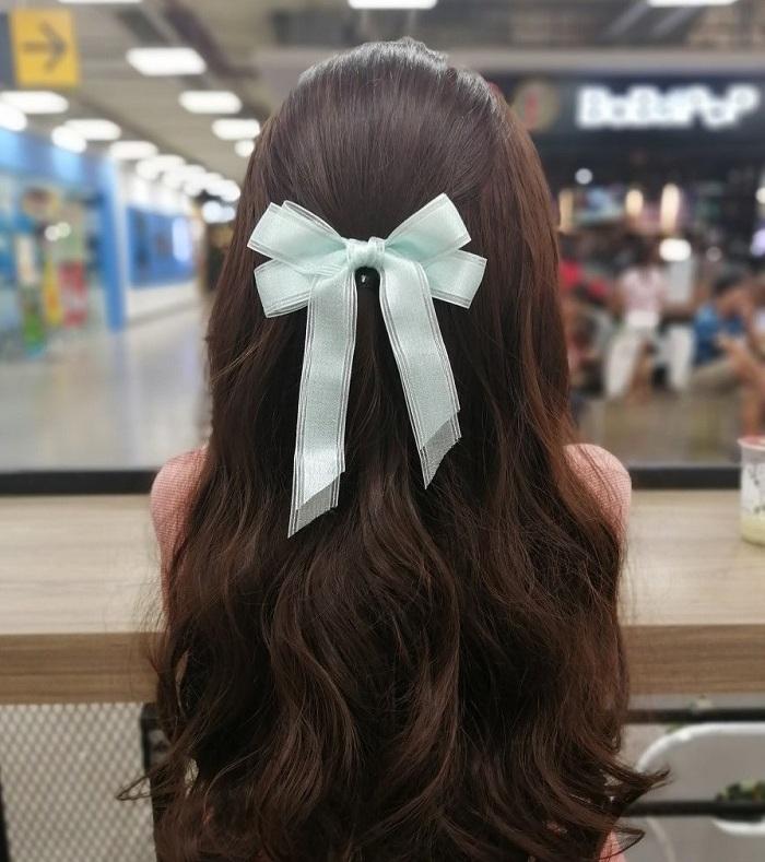 Nơ kẹp tóc là phụ kiện du lịch cho nữ giới không thể thiếu