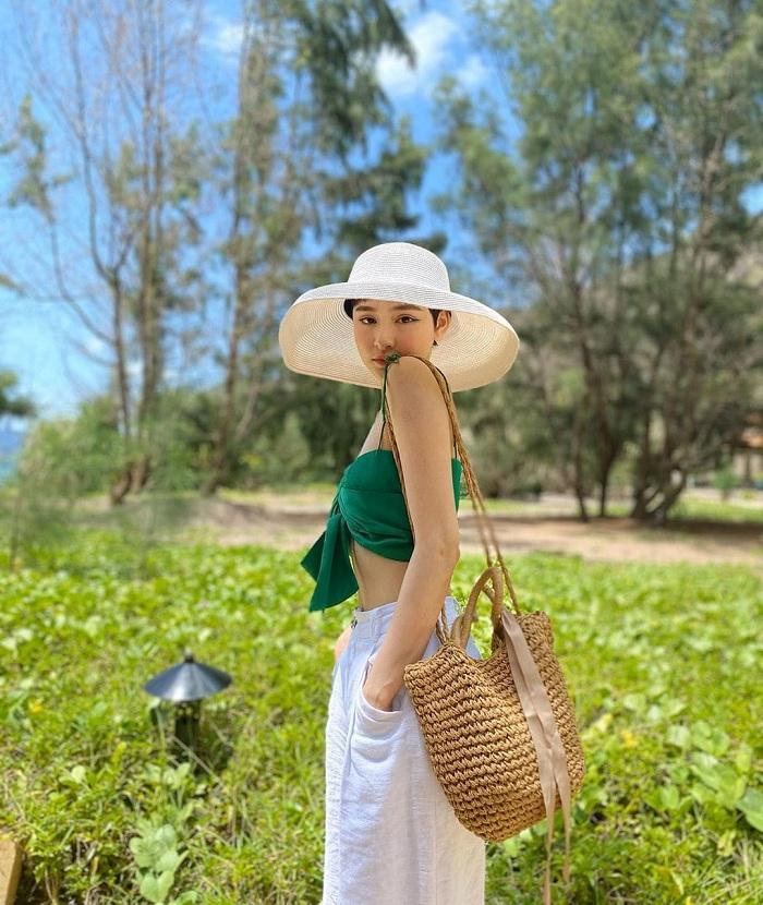 Mũ rộng vành là phụ kiện du lịch cho nữ giới đẹp