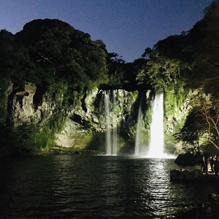 Chiêm ngưỡng vẻ đẹp của thác nước Cheonjiyeon Jeju Hàn Quốc