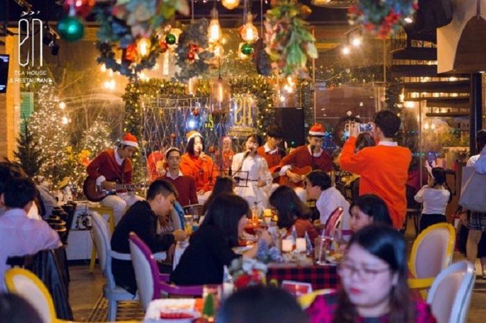 Christmas decoration cafe in Saigon - En Cafe