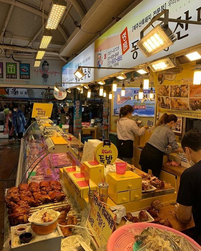 chợ truyền thống ở Jeju - thử món ăn đường phố ở chợ Dongmun