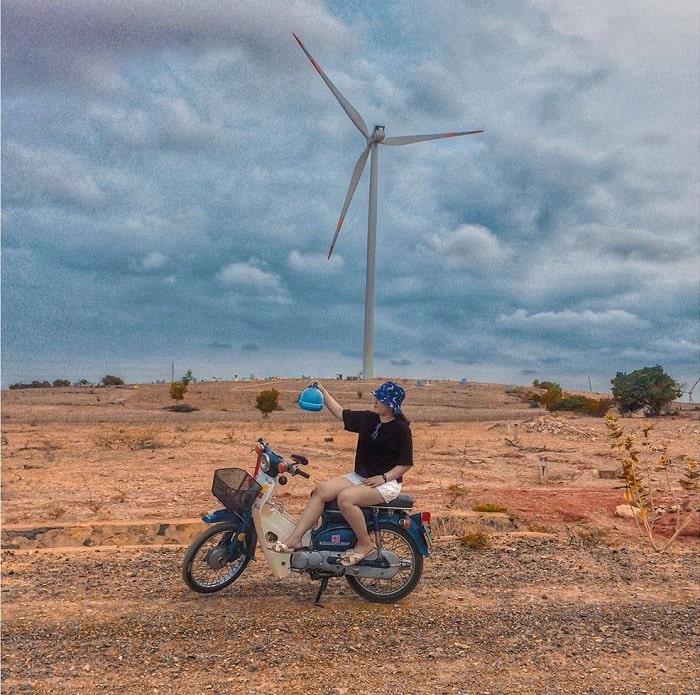 xe máy - phương tiện di chuyển đến cánh đồng quạt gió ở Bình Thuận