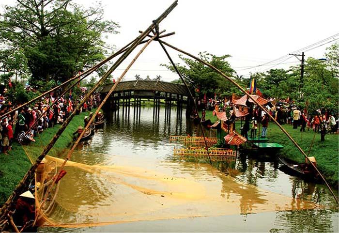 Check in tile bridge Thanh Toan Hue - Village association held by tile bridge