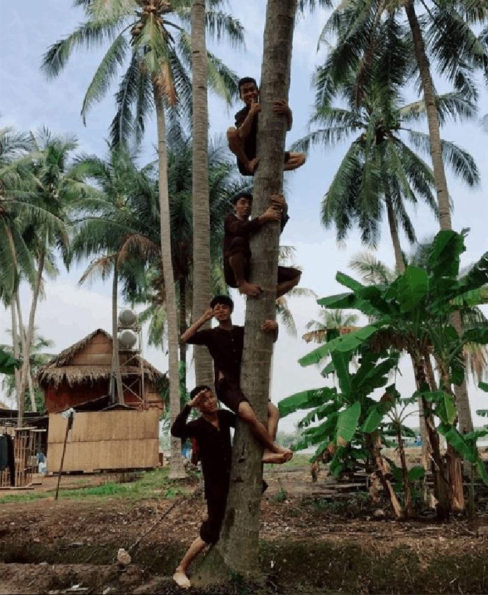 Check in khu du lịch Làng Bè Bến Tre - Mặc áo bà ba leo dừa