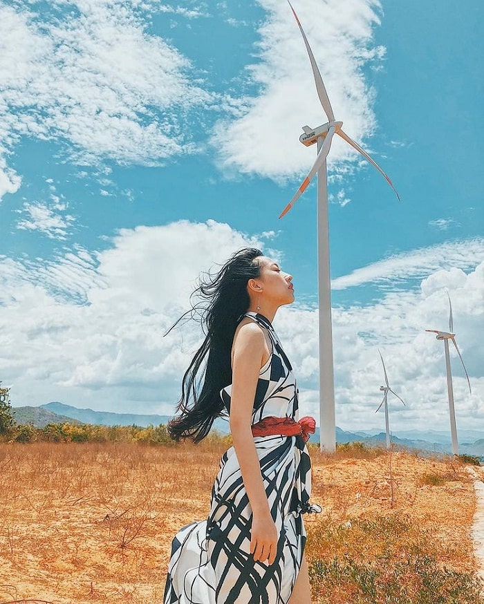 sóng ảo - hoạt động thú vị tại cánh đồng quạt gió ở Bình Thuận
