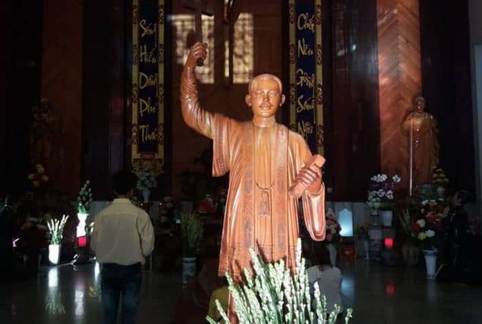 Pilgrimage to Father Diep Bac Lieu church - Huu Thao wooden statue