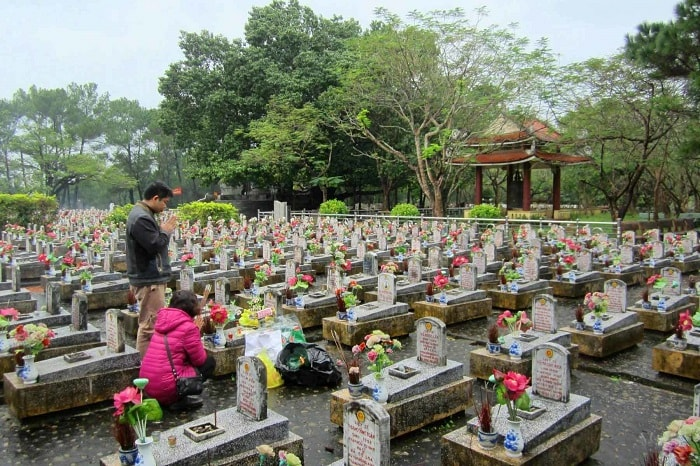 Visit Truong Son cemetery - visit martyrs grave