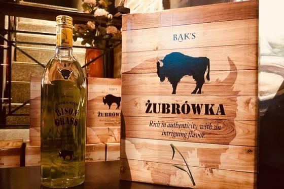 Thưởng thức rượu Vodka Zubrowka Ba Lan đậm đà hương vị