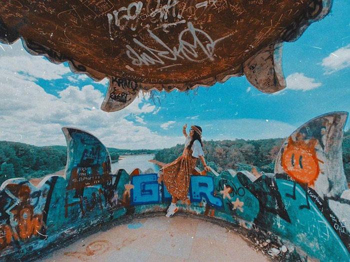 Vẻ đẹp ma mị của công viên bỏ hoang ở Huế - Vẻ hoang tàn