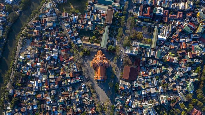 Nhà thờ Dòng Chúa Cứu Thế là công trình kiến trúc Thiên Chúa giáo với khu đất hình tam giác tọa lạc giữa 2 con đường Nguyễn Huệ và Nguyễn Khuyến.