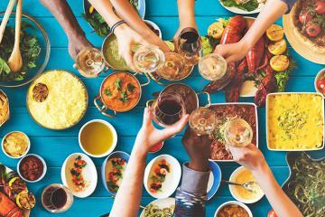 Lấy sổ bút ghi chép nhanh những quy tắc trong ăn uống kỳ lạ nhất thế giới