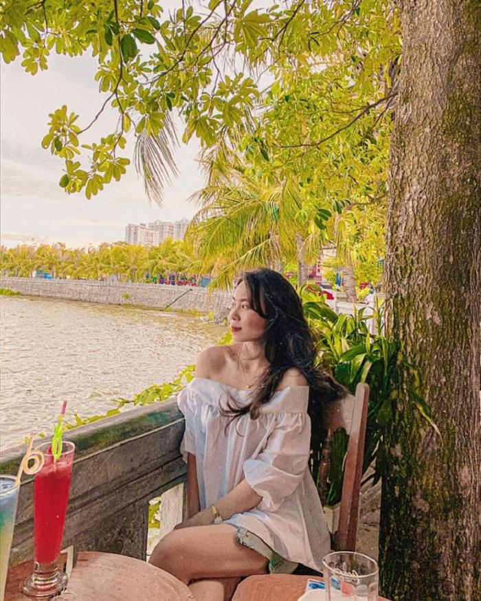 Beautiful cafes in Tay-Trangduong Lake