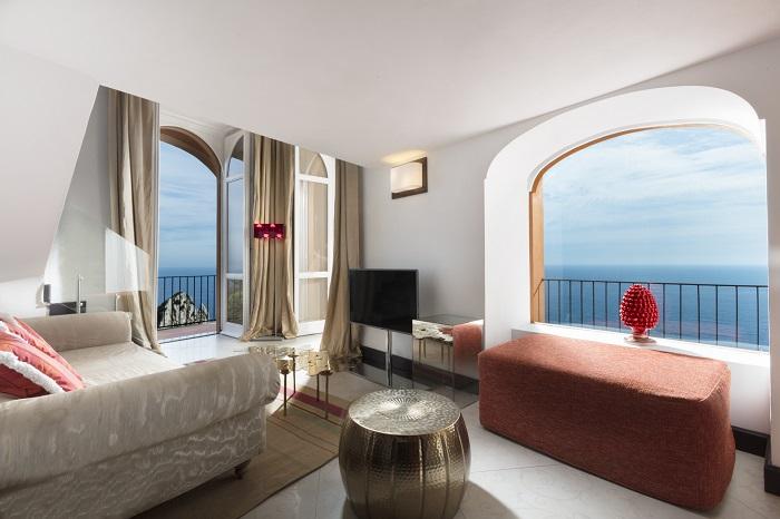 khách sạn khó book phòng nhất thế giới -yPunta-Tragara-Hotel-bedroom