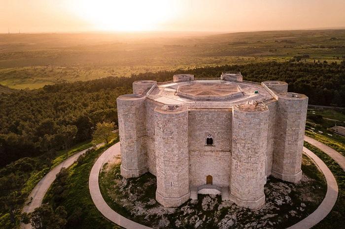 Castel del Monte, Puglia - Những địa điểm ở Ý giống như trong truyện cổ tích