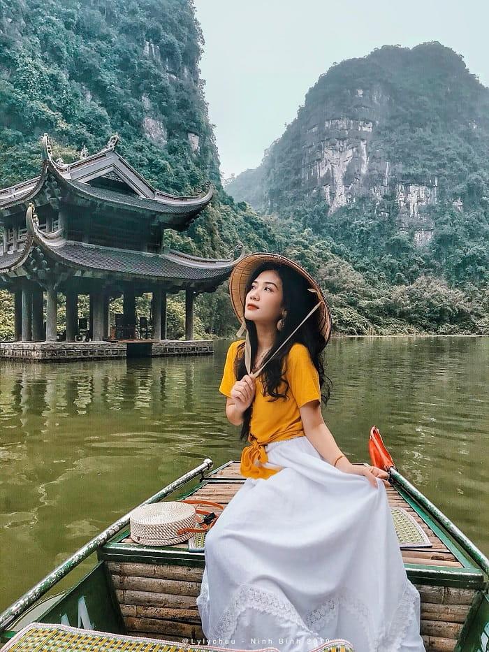 Ngồi thuyền ngắm cảnh - trải nghiệm du lịch Ninh Bình không thể bỏ lỡ