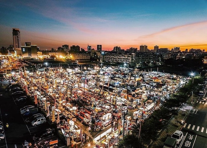 hơn 400 gian hàng - sự đông đúc của chợ đêm Hoa Viên Đài Nam