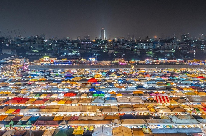 the large space of the Rod Fai . night market