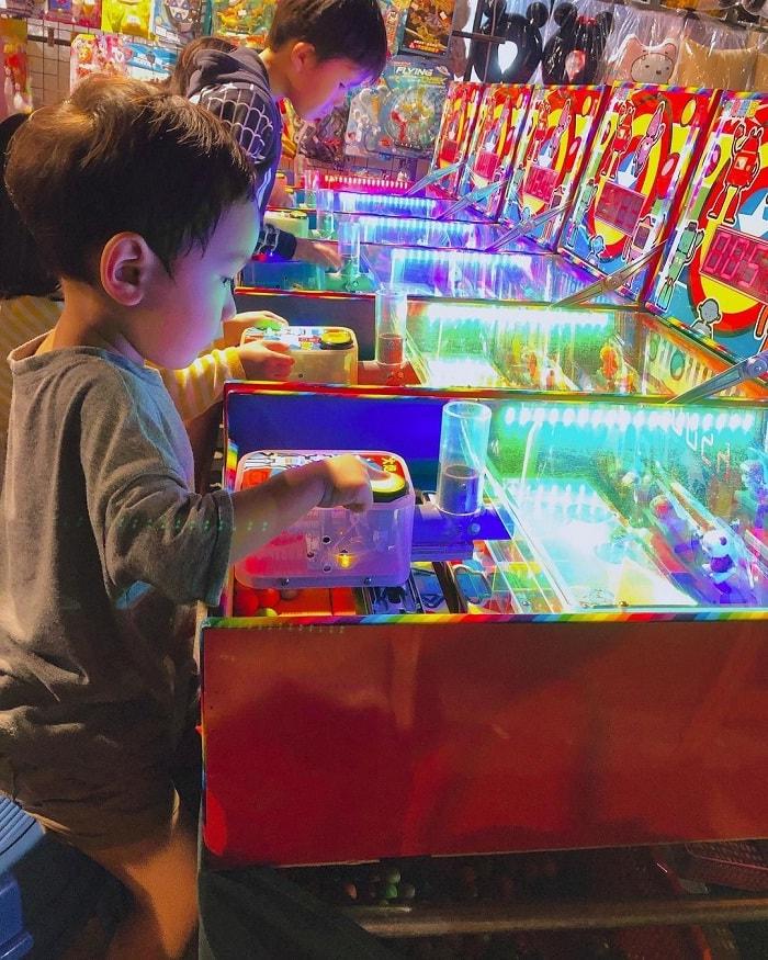 chò chơi - hoạt động thú vị tại chợ đêm Hoa Viên Đài Nam